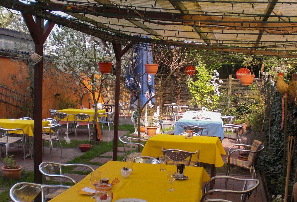 Gartenansicht mit Tischen
